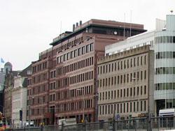 Twee nieuwe winkelwarenhuizen aan Rokin Amsterdam